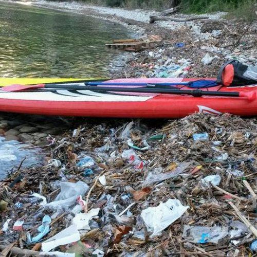 Echouage d'un paddle au milieu des déchets en hiver sur une crique de Saint-Jean-Cap-Ferrat