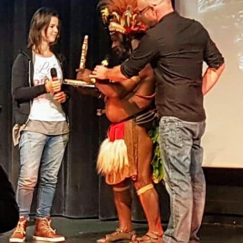 Remise du Trophée de l'Environnement par le chef Papou Mundiya Kepanga pour notre projet des poses de pochoirs sur les avaloirs de pluies à Nice